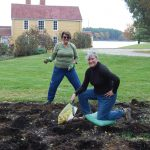 Gene Doherty (Immediate Past Chair) & Noele Clews (Current Chair) plant bulbs in the beds at the Wentworth-Coolidge Mansion.